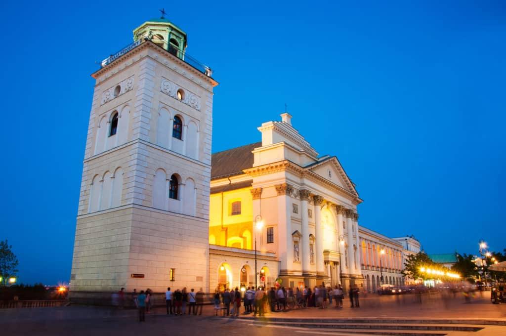 Glockenturm der St. Anna Kirche am Schlossplatz in Warschau