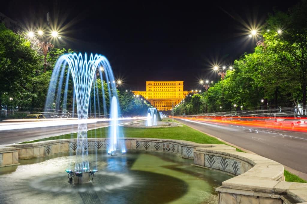 Nachts über den Boulevard Unirii in Bukarest
