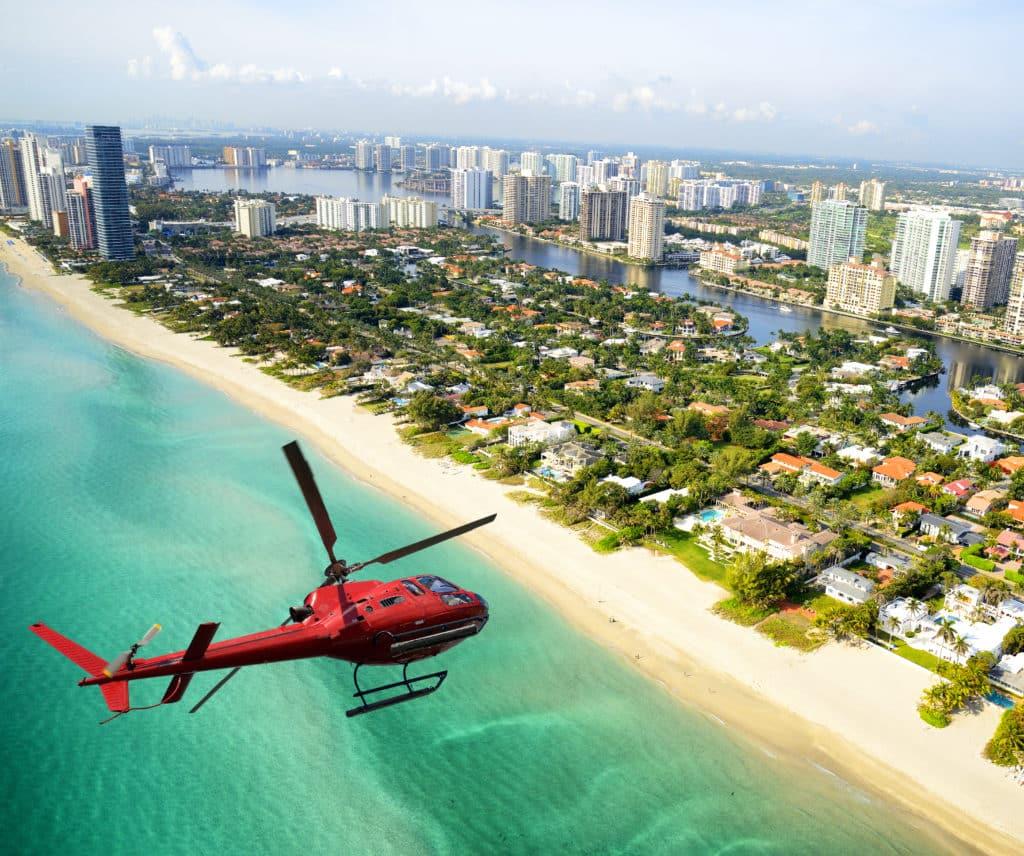 Helikopter oder Kleinflugzeug über Miami
